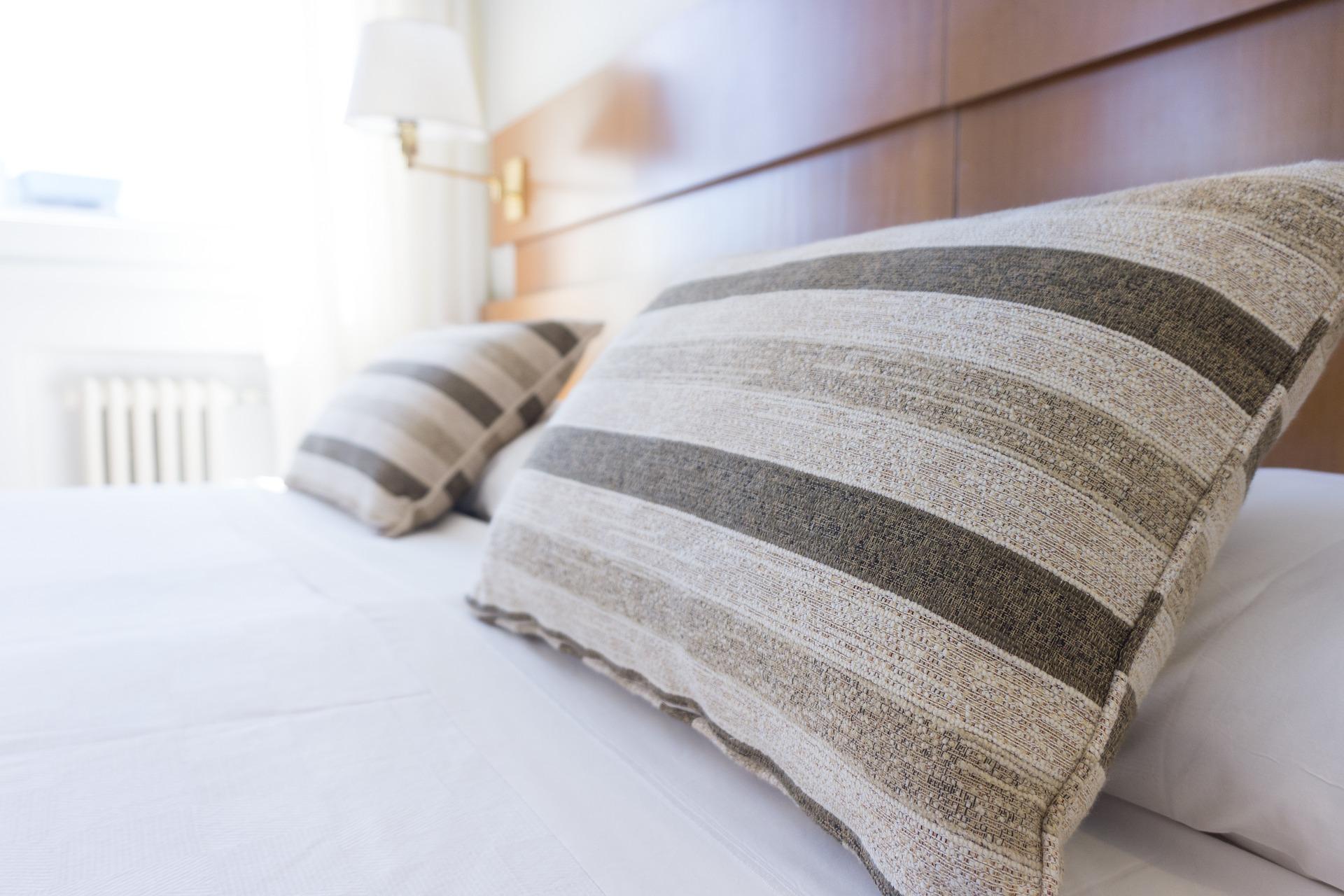 Szare poduszki na łóżku