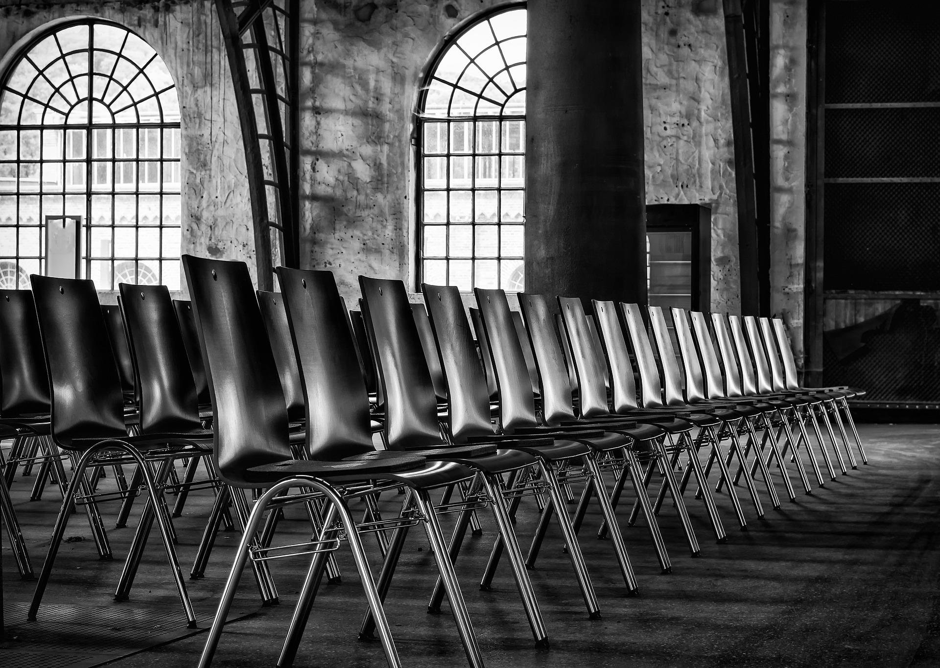 Krzesła na stelażach metalowych