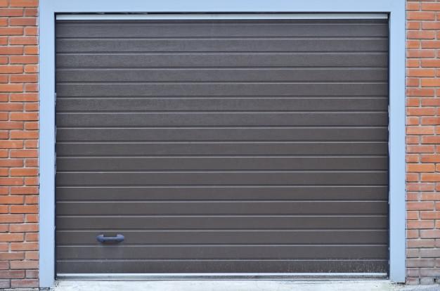 Jaką bramę garażową wybrać? Rolowana vs. segmentowa