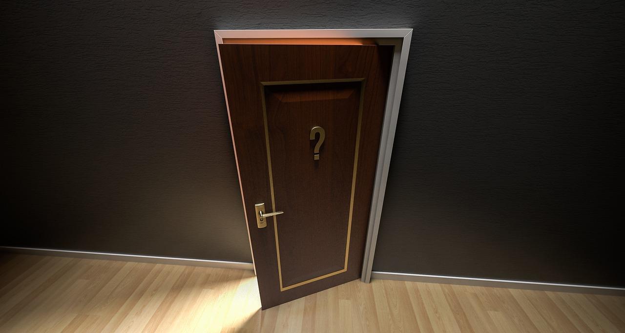Drzwi w domu ze znakiem zapytania