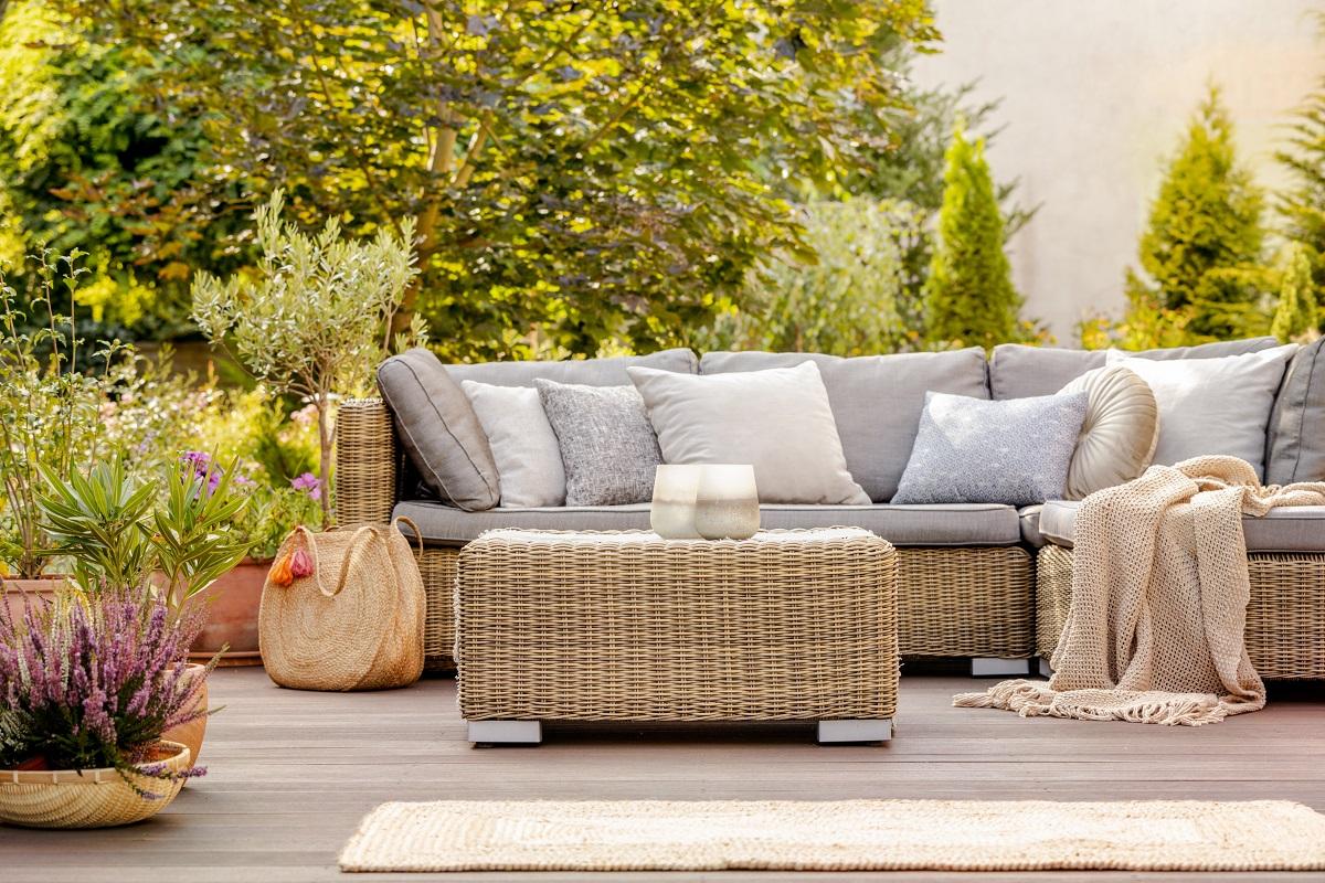 Jak urządzić taras z tyłu domu? Trzy style nowoczesnych tarasów – sprawdź, który będzie pasował do Twojego domu!
