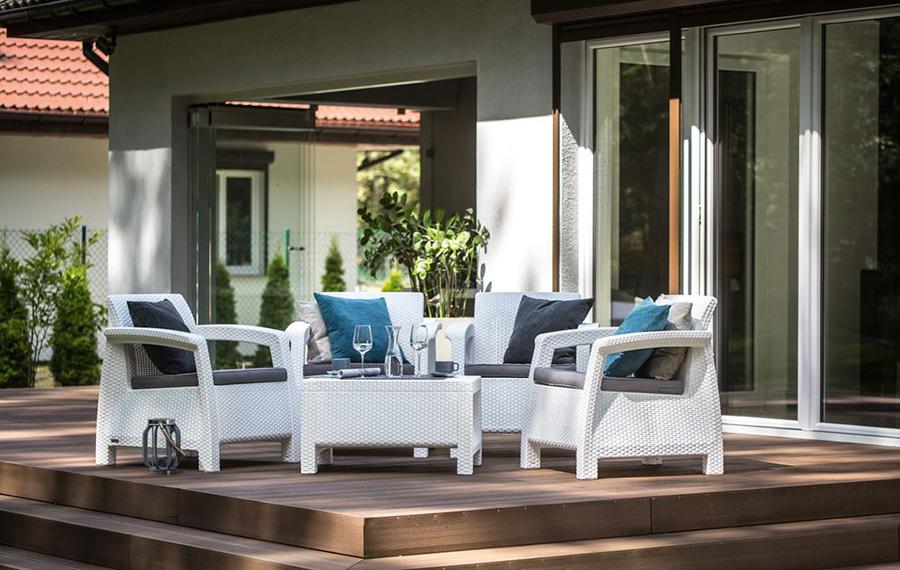 Białe meble ogrodowy stojące na tarasie