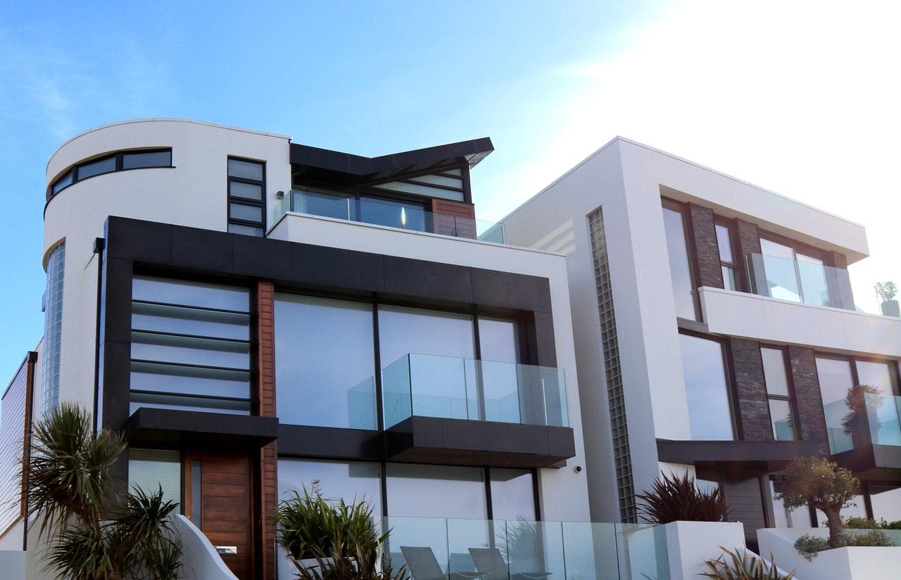 Budynek w którym barierki balkonów zostały wykonane ze szkła hartowanego