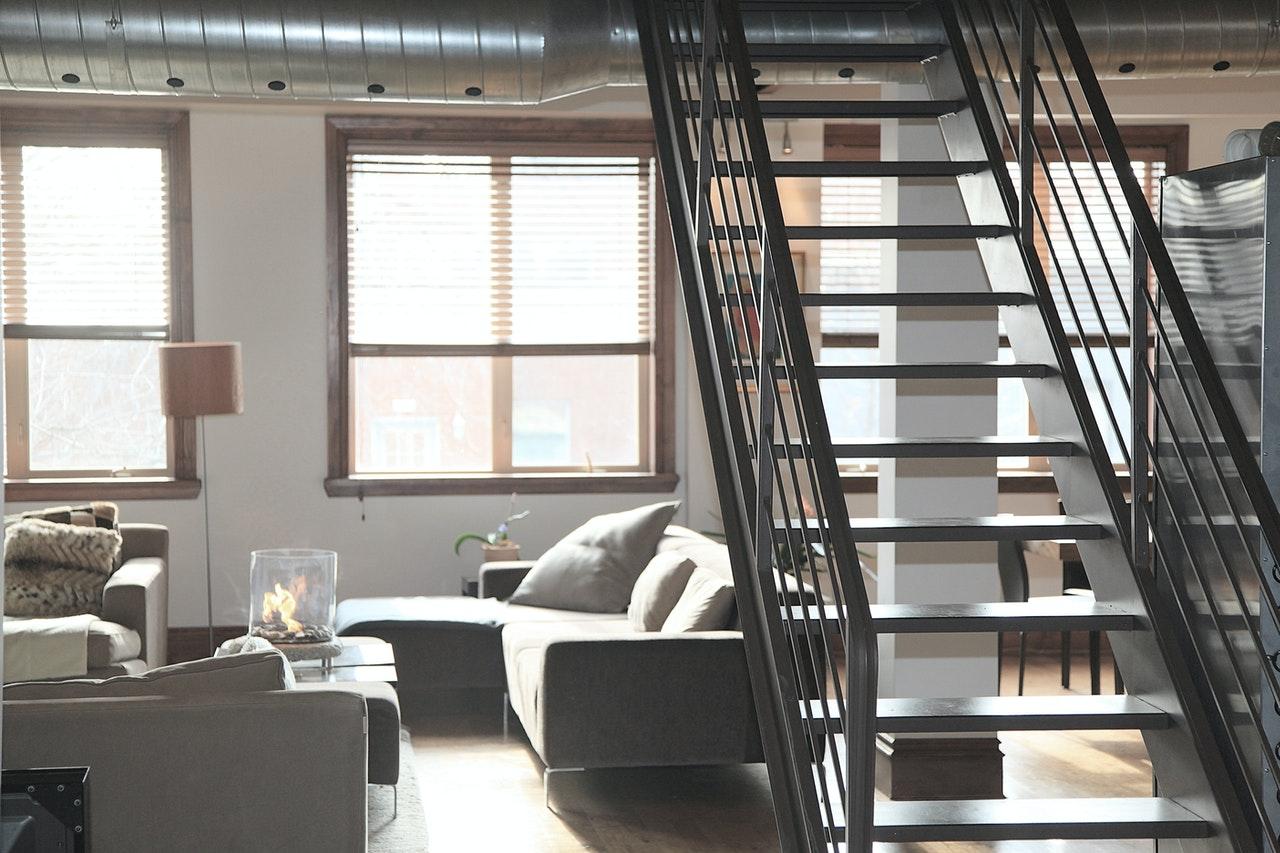 nowoczesne mieszkanie ze schodami