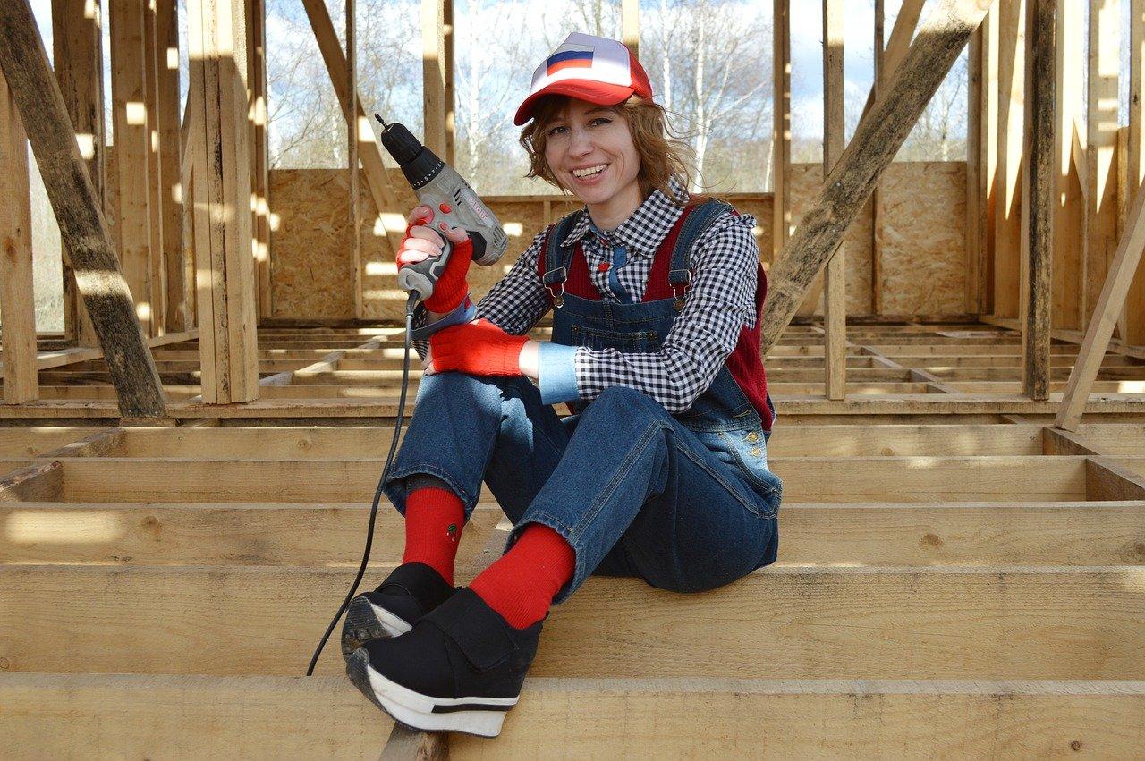 Kobieta budowlaniec wykorzystująca płyty OSB w pracy