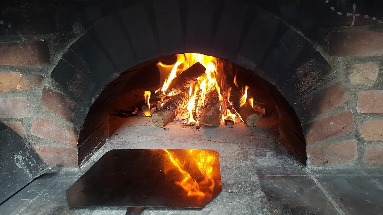Piec chlebowy w ogrodzie do pieczenia chleba i pizzy