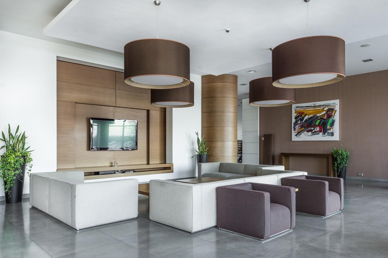 Wnętrze z pięknym podwieszanym sufitem i dużymi lampami