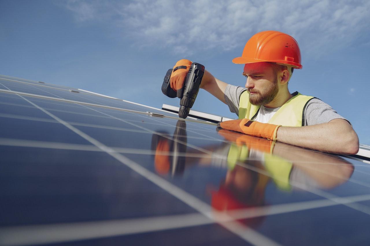 Podczas montarzu paneli fotowoltaicznych warto też zadbać o BHP