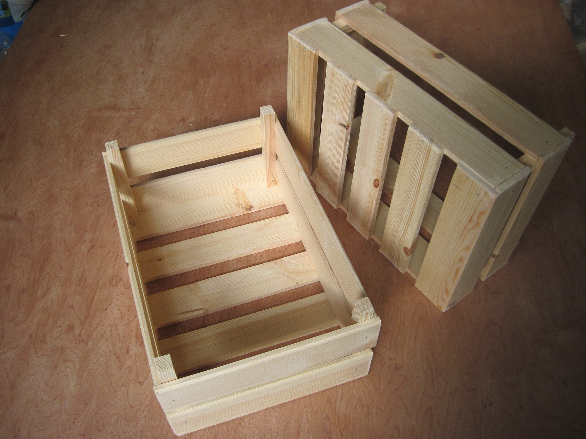 Drewniane skrzynie.