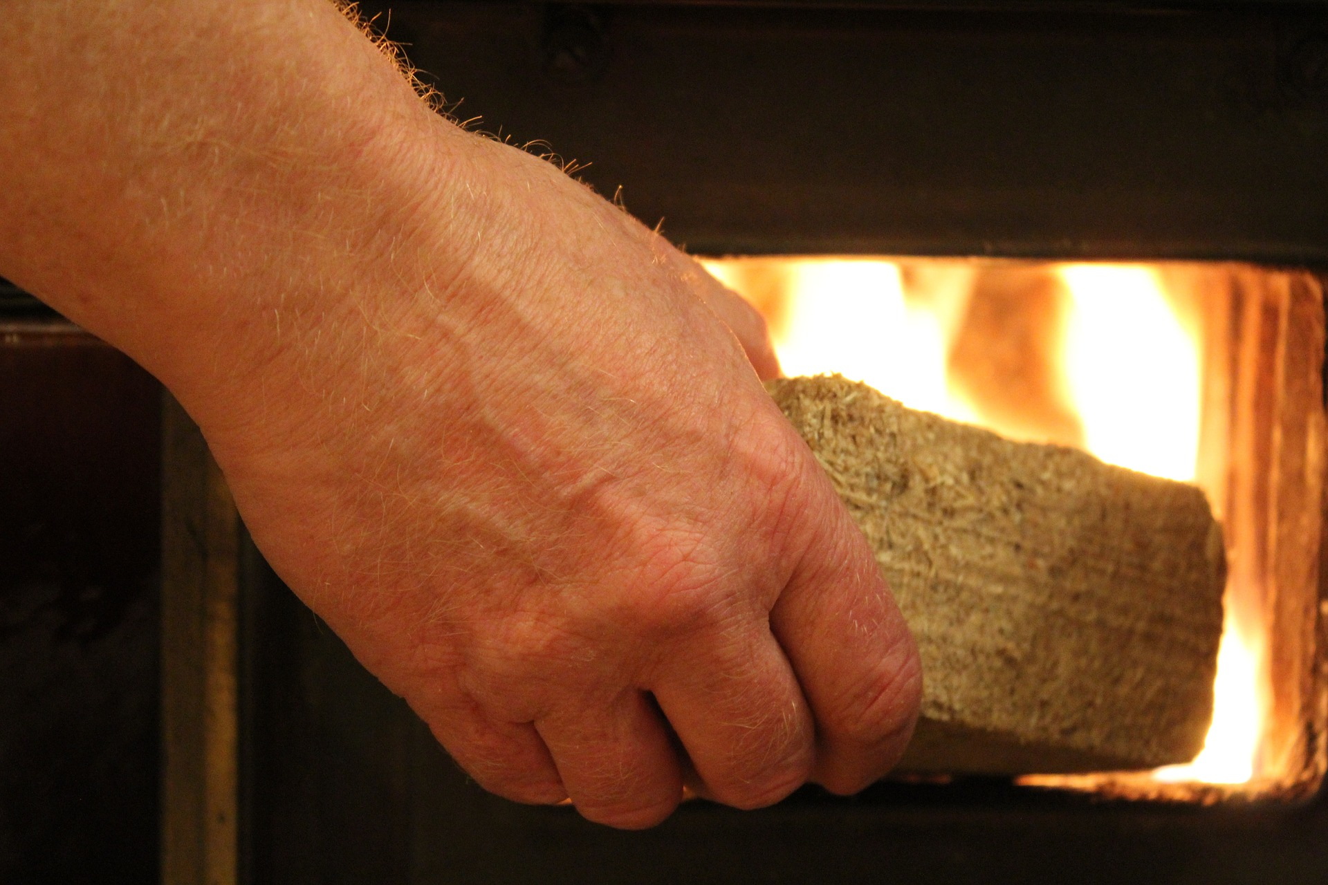 Brykiet drzewny jako paliwo opałowe – zalety rozwiązania