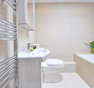 Funkcjonalny grzejnik w łazience – o czym warto pamiętać?