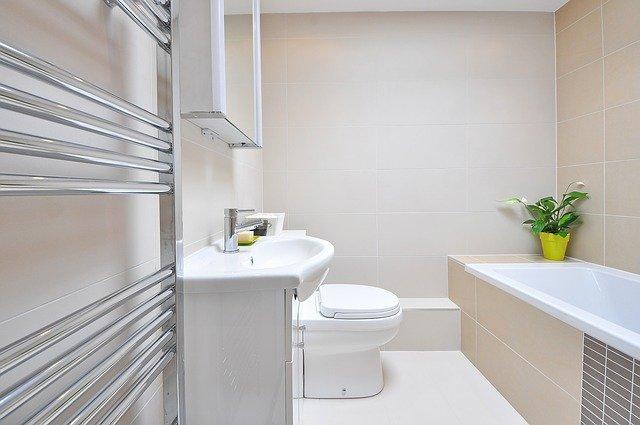 Grzejnik w jasnej łazience