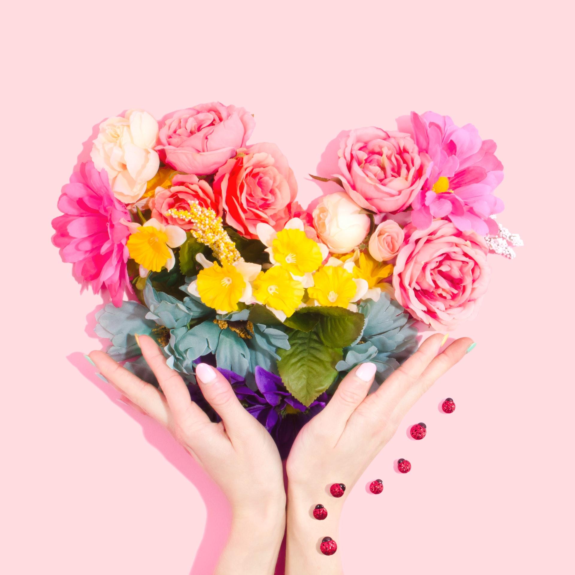Kobieta ze sztucznymi kwiatami w dłoniach