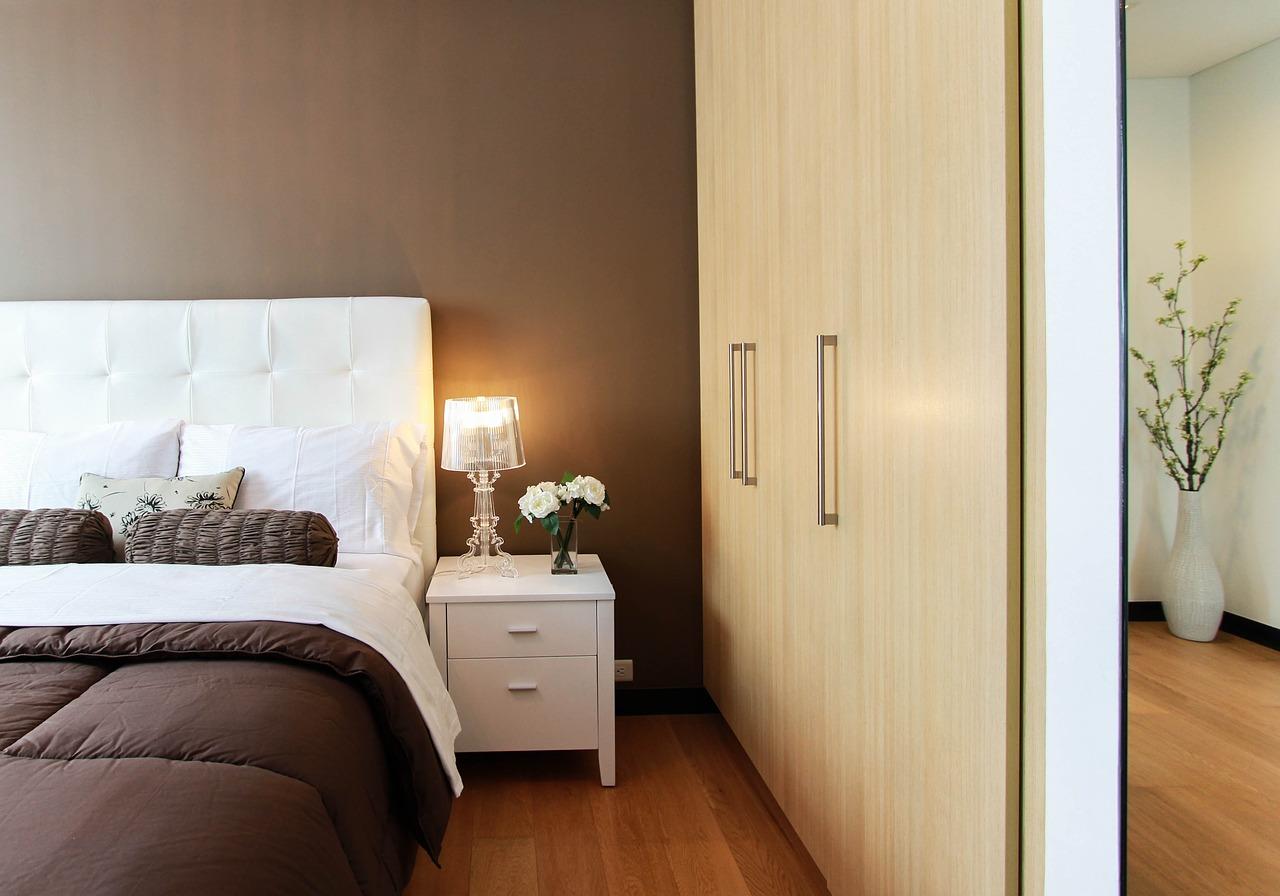 Szafy do sypialni: przesuwne, otwierane, narożne czy z lustrem?