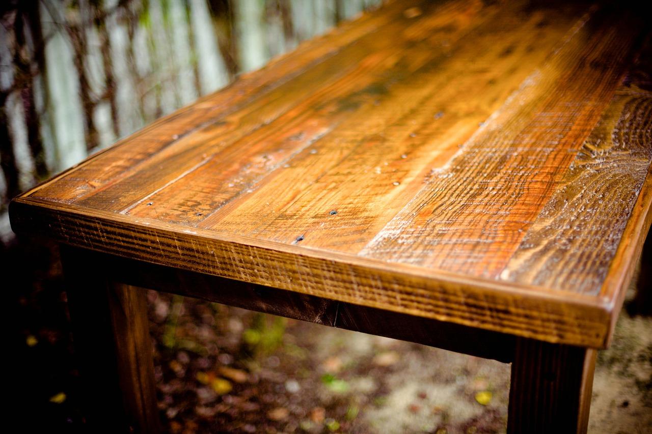 Lakiery do drewna – jak odnowić nimi meble krok po kroku?