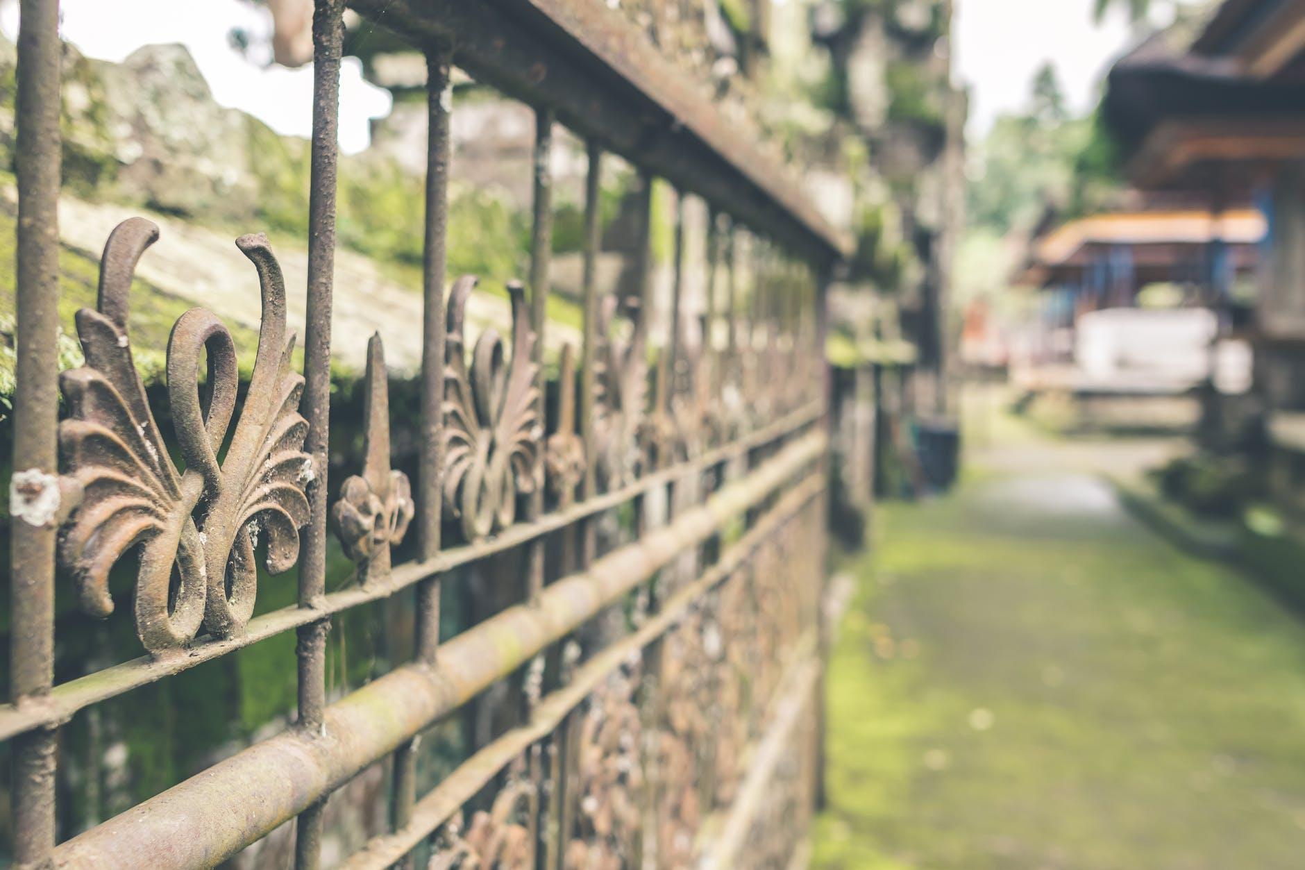 Jakie ogrodzenie przed domem wybrać?