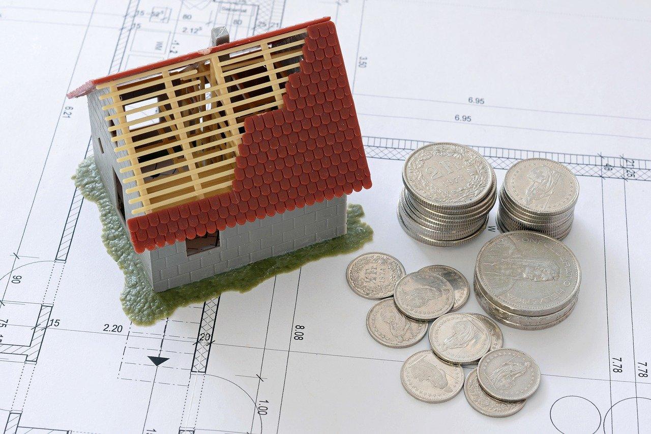 zabawkowy domek i pieniądze obok