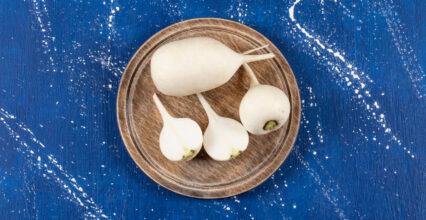 3 smaczne i zdrowe przepisy na surówkę z białej rzodkwi. Wypróbuj wszystkie!