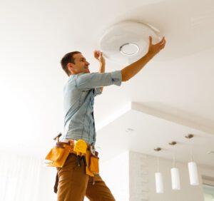 Jak zamontować lampę sufitową?